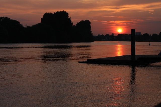 Setting on another day, the sun shows off some fiery flare as it reflects off the Thames. ©